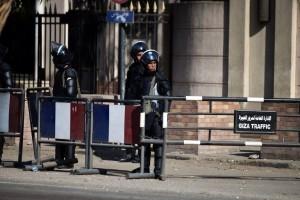 des-policiers-egyptiens-devant-l-ambassade-de-france-au-cair_1120381