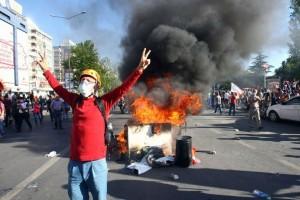 un-manifestant-lors-d-un-rassemblement-contre-le-gouvernemen_1141639