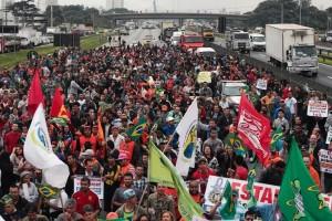 des-syndicalistes-bloquent-une-route-de-sao-paulo-le-11-juil_1197199