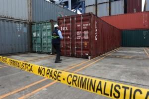 un-employe-panameen-inspecte-un-conteneur-du-bateau-nord-cor_1205135