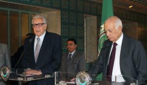 le-secretaire-general-de-la-ligue-arabe-nabil-al-arabi-d-et-l-emissaire-de-l-onu-pour-la-syrie-lakhdar-brahimi-le-20-octobre-2013-au-caire_4498596