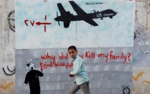 7767939184_un-jeune-yemenite-passe-devant-une-pancarte-denoncant-les-tirs-de-drones-tuant-des-civils-a-sanaa-le-13-decembre-2013