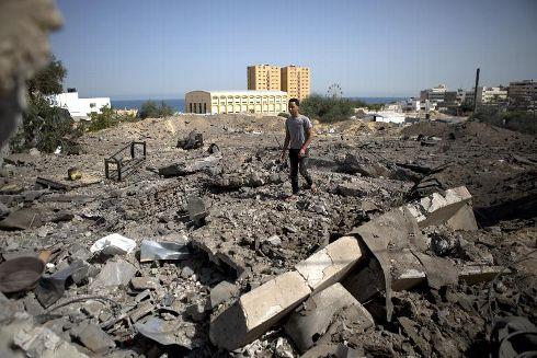 un-palestinien-sur-le-site-d-un-precedent-bombardement