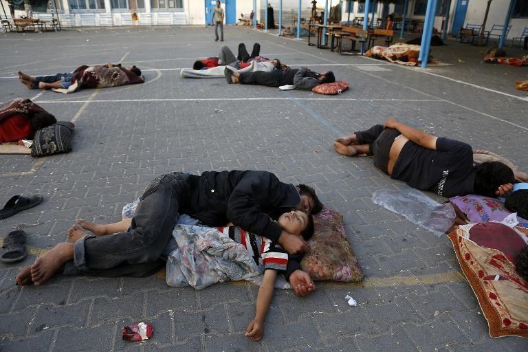 des-palestiniens-dorment-dans-la-cour