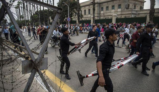 la-police-bloque-l-acces-au-site-ou-une-bombe-a-explose-devant-l-universite-du-caire-le-22-octobre-2014