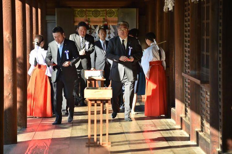 parlementaires-japonais-visitent-le-sanctuaire-yasukuni-a-tokyo