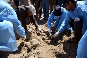 Les-forces-irakiennes-exhument-les-cadavres-de-fosses