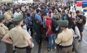 Arrivée de migrants à la gare de Munich. L'Allemagne a enregistré au mois d'août l'arrivée sur son territoire de 104.460 demandeurs d'asile, un niveau record. Le gouvernement s'attend à ce que ce nombre atteigne 800.000 d'ici la fin de l'année, soit quatre fois plus qu'en 2014. /Photo prise le 1er septembre 2015/REUTERS/Lukas Barth