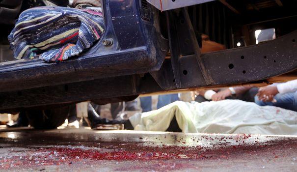 du-sang-sur-les-lieux-ou-quatre-policiers-ont-ete-tues-par-des-hommes-masques